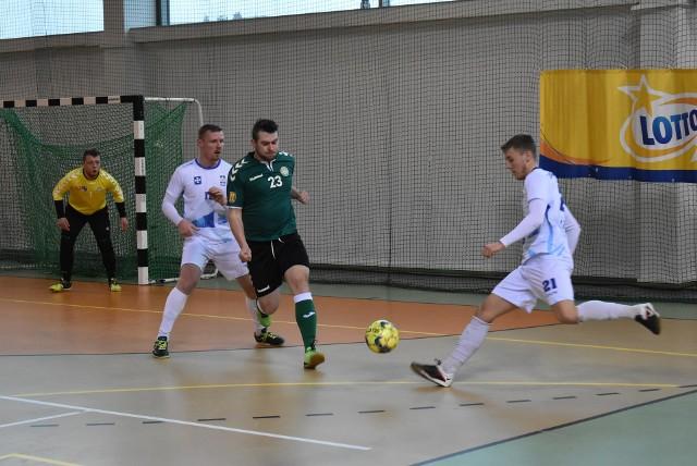 W swoim pierwszym meczu po zwycięstwo sięgnęła Politechnika Świętokrzyska, która pokonał Uniwersytet Rzeszowski 5:1.