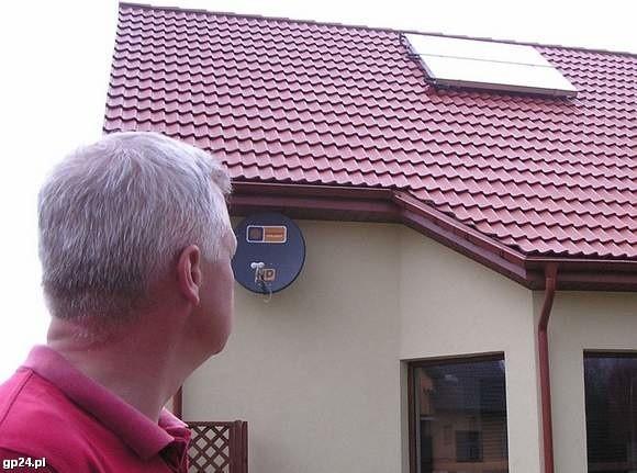 Kolektory słoneczne na dachu domu Tomasza Borowskiego