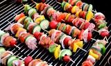 Szaszłyki na grilla. Pomysły na pyszne grillowane szaszłyki z mięsem, rybami, warzywami i na słodko. Marynaty do szaszłyków [PRZEPISY]