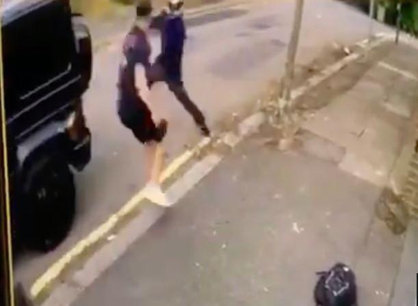 Mesut Oezil zaatakowany nożem. Sead Kolasinac stanął w jego obronie! [WIDEO]