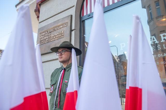W niedzielę, 27 czerwca, rozpoczęły się oficjalne obchody 65. rocznicy Poznańskiego Czerwca 1956 roku. Władze miasta i regionu złożyły kwiaty pod tablicami pamiątkowymi: na murze szpitala im. F. Raszei, a także pod tablicami poświęconymi pamięci Romka Strzałkowskiego oraz Petera Mansfelda.