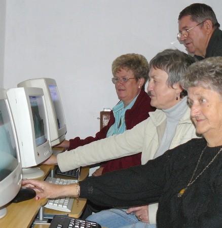 Wystarczyło kilka godzin zajęć i komputery nie mają już tajemnic przed Marią Musiał, Krystyną Zalewską i Barbarą Redman. Ich nauczycielem jest wiceprezes UTW Ryszard Perdon.