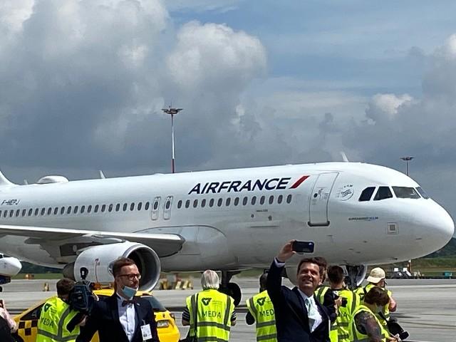 W lipcu, z blisko czteromiesięcznym opóźnieniem spowodowanym przez pandemię, bardzo atrakcyjne połączenie z Krakowa do Paryża uruchomiło Air France. Początkowo narodowy francuski przewoźnik latał kilka razy w tygodniu, teraz już codziennie.