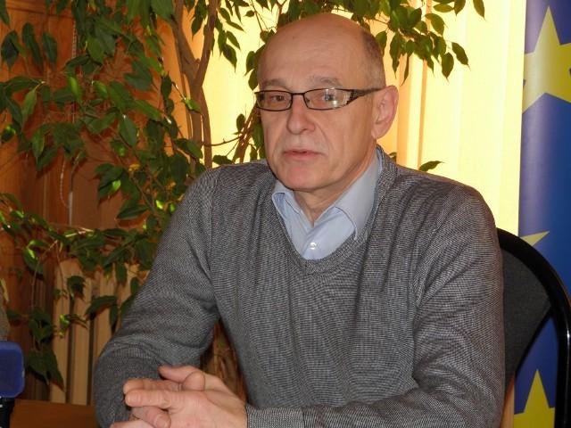 Wojciech Adamowicz potwierdza, że w Chojnicach też jest problem z kwalifikacjami potrzebnymi do podjęcia pracy. Są też inne bariery.