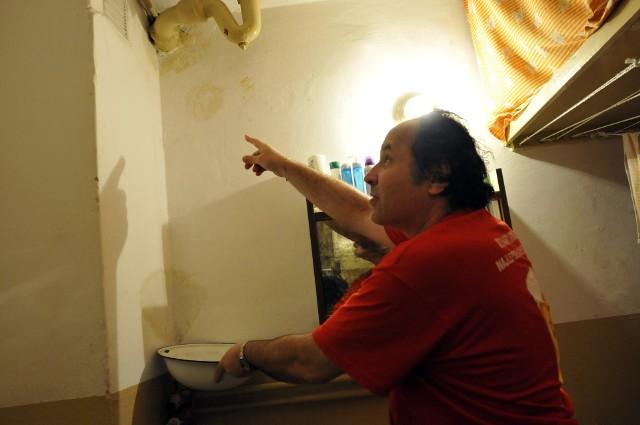 Pan Włodzimierz:- Wyschnie, to pomaluję ścianę i będzie po sprawiePan Włodzimierz:- Wyschnie, to pomaluję ścianę i będzie po sprawie. Oby do następnych absurdów nie dochodziło...
