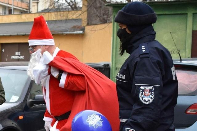Policyjny Mikołaj odwiedził dzieci z kilku placówek w Radomiu.