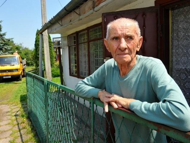 Kazimierz Drabik na terenie ogrodu jest zameldowany na stałe. Jeśli powstanie tu droga, zostanie bez dachu nad głową.