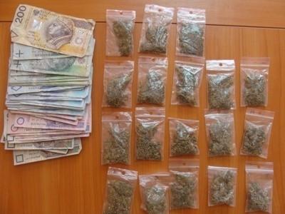 Policjanci odnaleźli przy zatrzymanym mężczyźnie 18 foliowych woreczków z marihuaną oraz 3,5 tys. zł w gotówce.