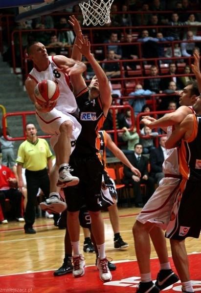Koszykarze Stali wygrali bardzo wazny mecz. Nz.w akcji Marcin Malczyk.