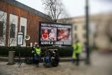 Kraków. Protest antyaborcjonistów pod magistratem. Krwawe plakaty przed urzędem miasta