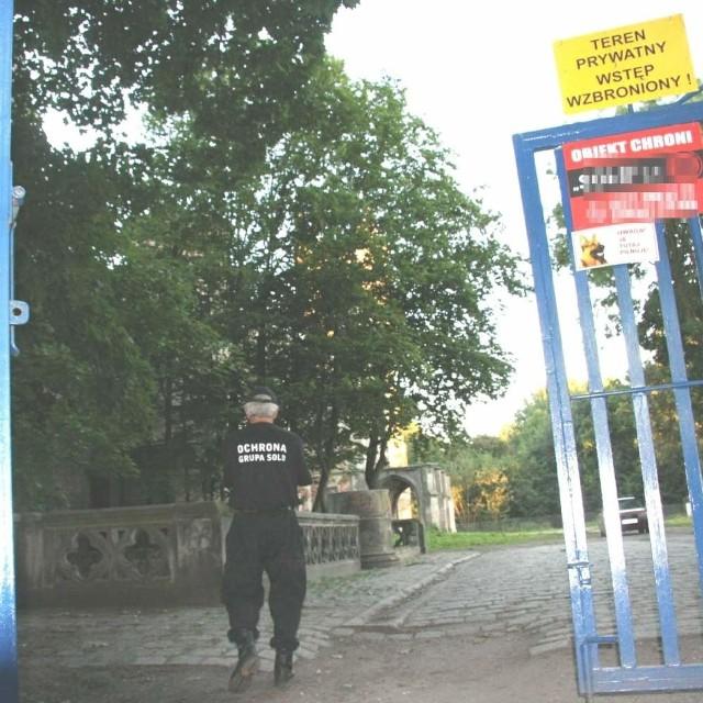 Ochroniarze strzegący pałacu w Kopicach boją się o swoje bezpieczeństwo.