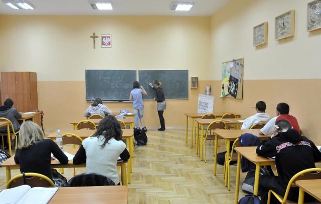 Nauczycielka polskiego III klasy gimnazjum zażartowała, że uczniowie powinni jej na kolanach dziękować za pozytywne oceny. Kilku uczniów rzuciło się na kolana. Wybuchła afera, która skończyła się w sądzie.Na lekcji języka polskiego nauczycielka z gimnazjum wyczytywała uczniom oceny na koniec roku szkolnego. W trakcie podawania nazwisk i ocen zażartowała, że uczniowie za tak dobre oceny powinni jej dziękować na kolanach.  Jeden z nich  natychmiast zareagował i wyskoczył z ławki, a potem przejechał na kolanach po podłodze. Nauczycielka  nie zdążyła zareagować, kiedy dwaj kolejni uczniowie  powiedzieli, że też uklękną i natychmiast to zrobili  obok swoich ławek. Potem jednak niektóry z nich poskarżyli się u pedagoga szkolnego i u innych nauczycieli, że zostali zmuszeni do klękania, by uzyskać pozytywną ocenę. W szkole wybuchła afera. Nauczycielka  została wezwana do wicedyrektora na rozmowę. Wyjaśniła, że w formie żartu powiedziała na lekcji, że uczniowie powinni klękać w podziękowaniu za dobre oceny. Dyrektor kazał jej też pójść do klasy i wyjaśnić sytuację. Jednak jeden z uczniów nadal upierał się, że ze strony nauczycielki to nie był żart, a żądanie potraktował poważnie. W szkole została powołana  w związku z tą sprawą komisja dyscyplinarna. Z wnioskiem o ukarania polonistki wystąpiły m.in. inne nauczycielki uważając ze postąpiłam ona niezgodnie z etyką zawodu nauczyciela i postawiła uczniów w sytuacji upokorzenia, proponując im klęczenie przed nią w celu uzyskania oceny dopuszczającej.