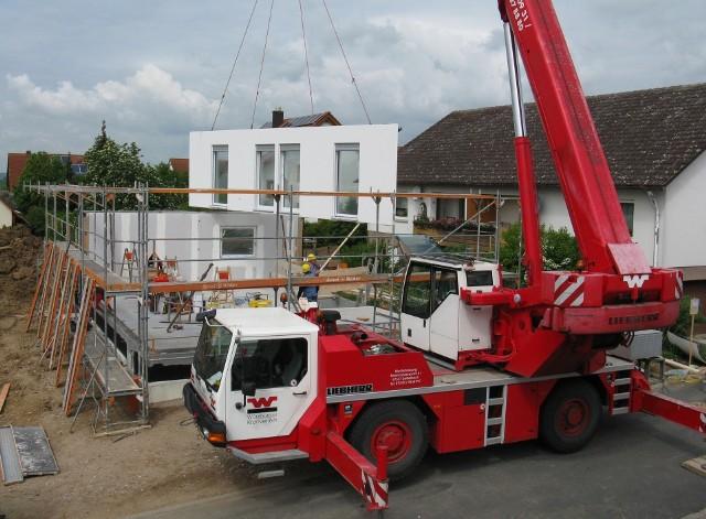 Według GUS budowa domu murowanego trwa średnio niemal 4 lata. Tymczasem domy prefabrykowane można postawić nawet w kilka dni.