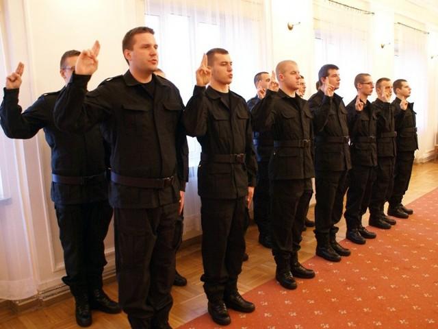 Strzec bezpieczeństwa państwa i jego obywateli nawet z narażeniem życia… - ślubowali w poniedziałek policjanci