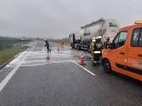 Wypadek na A1! 16.09.2021 r. Strażacy usunęli plamę oleju powstałą na skutek zderzenia osobówki z samochodem ciężarowym