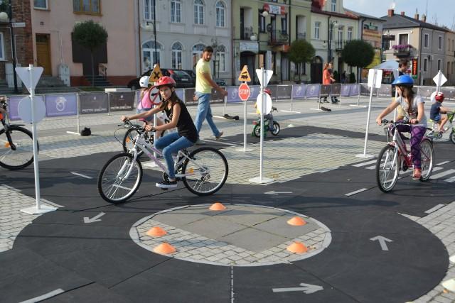 """""""Rowerowy Małogoszcz. Seniorzy - Dzieciom. Mobilne miasteczko ruchu drogowego - spotkanie rodzinne."""" - to jedna z inicjatyw, która otrzymała dofinansowanie w konkursie. Na zdjęciu: inicjatywa realizowana w poprzednich latach."""