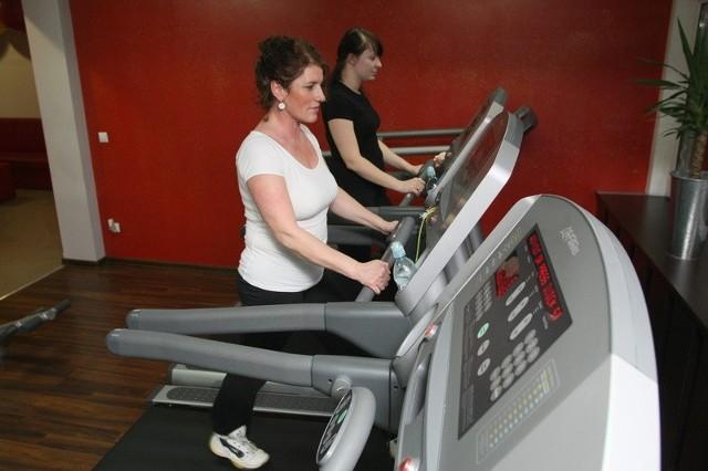 Regularne ćwiczenia przy kontrolowanym tętnie to idealna terapia dla osób z różnego rodzaju schorzeniami.