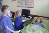 Studenci pielęgniarstwa w PWSW w Przemyślu ćwiczą na symulatorze przypominającym człowieka [ZDJĘCIA]