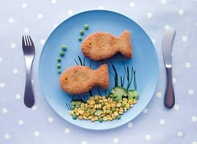 Dobre źródła choliny to: żółtka jaj, drożdże, produkty zbożowe z pełnego ziarna (np. płatki owsiane, otręby pszenne), szpinak, pomidory, ziemniaki, ryż, kapusta, groch, fasola, soja, mięso wieprzowe, wątroba, ryby, sałata