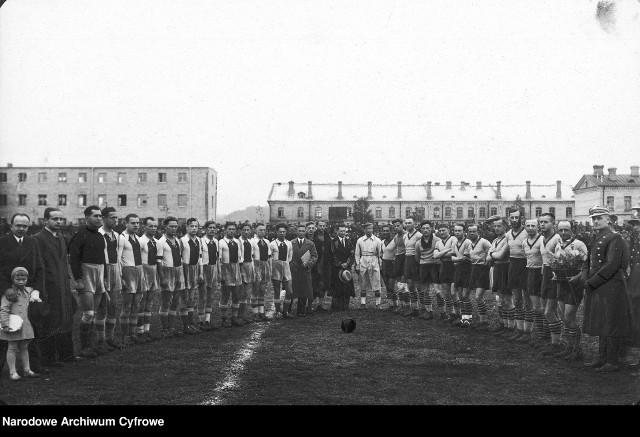 Gedania (drużyna po lewej, w strojach z pionowym pasem) podczas wizyty w Wilnie. Lata 30.