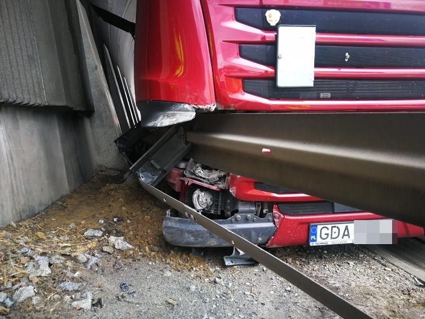 Ciężarówka wbiła się w bariery na AOW (ZDJĘCIA)