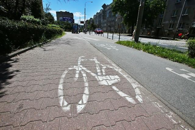 Ulica Hubska. Błędne oznaczenie na ścieżce rowerowej.