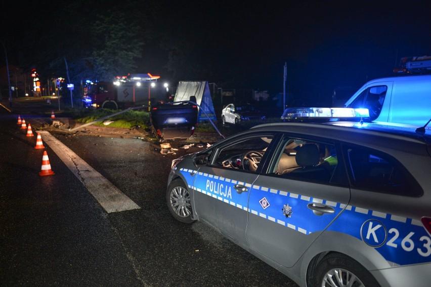 Wypadek na ul. Sanockiej w Przemyślu. 18-latek uderzył fordem w latarnię i dachował. Dwie osoby w szpitalu [ZDJĘCIA]