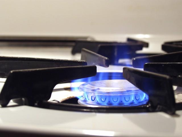 Kuchenka gazowaNie dogrzewaj mieszkania kuchenką gazową. Długotrwałe palenie się gazu sprawia, że maleje ilość tlenu w powietrzu oraz powstaje niewyczuwalny tlenek węgla (CO, czyli czad). Ten bezwonny gaz jest silnie trujący. Jeżeli przewody wentylacyjne nie zapewniają odpowiedniej wymiany powietrza, to może dojść nawet do zatrucia śmiertelnego.