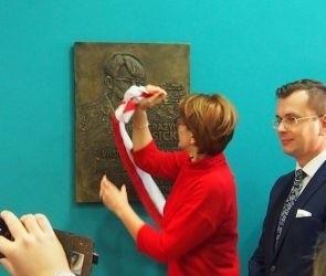 Klara Gęsicka- Bąk odsłania tablicę poświęcona jej matce- Grażynie Gęsickiej