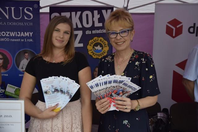 Zleksandra Młynarczyk i Anna Kulińska z Zakładu Doskonalenia Zawodowego w Kielcach prezentują oferty zatrudnienia.