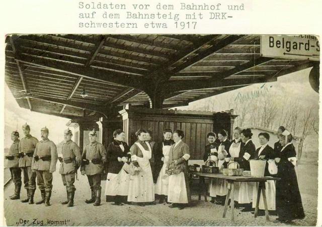Rok 1917, dworzec kolejowy w Koszalinie. Na kolejny transport rannych z frontu czekają żołnierze i siostry ze szpitala. Przez cały okres wojny w mieście stacjonował batalion zapasowy rezerwowego pułku piechoty oraz 9. Regiment Landwehry. W sumie było to około 2 tysięcy żołnierzy. Nie dla wszystkich starczyło miejsca w koszarach, dlatego też część z nich zajmowała kwatery w domach mieszkalnych