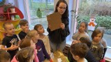 Ratujmy nas i naszą planetę! - apelują licealistki w filmie. - Odkręcajcie nakrętki, wyciągajcie ładowarki z kontaktu