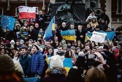 W ubiegłą sobotę mieszkający w Krakowie Ukraińcy manifestowali pod pomnikiem Mickiewicza na Rynku FOT. JACEK WOJCIECHOWSKI
