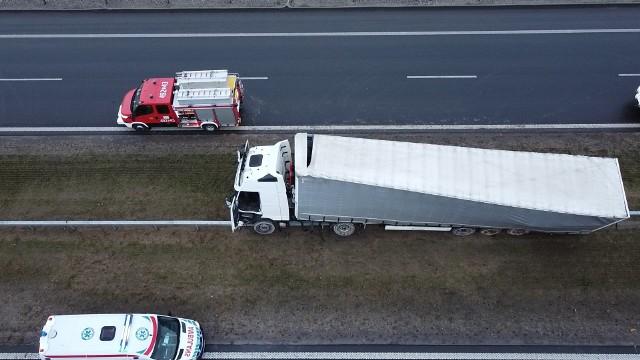 Wypadek na drodze S5 w okolicach Szubina w powiecie nakielskim. Po godzinie 18 przed zjazdem na miejscowość Wąsosz samochód ciężarowy uderzył w bariery, które oddzielają dwie strony trasy. Medycy wyciągnęli z pojazdu nieprzytomnego kierowcę. Jeden pas w stronę Bydgoszczy jest zablokowany. Na miejscu pracują cztery zastępy straży pożarnej, pogotowie ratunkowe i policja.
