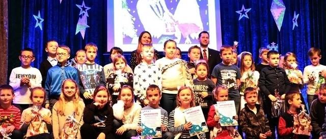 Po rozdaniu nagród pamiątkowe zdjęcie uczestników i laureatów konkursu na świąteczną kartkę pocztową z motywem Szubina