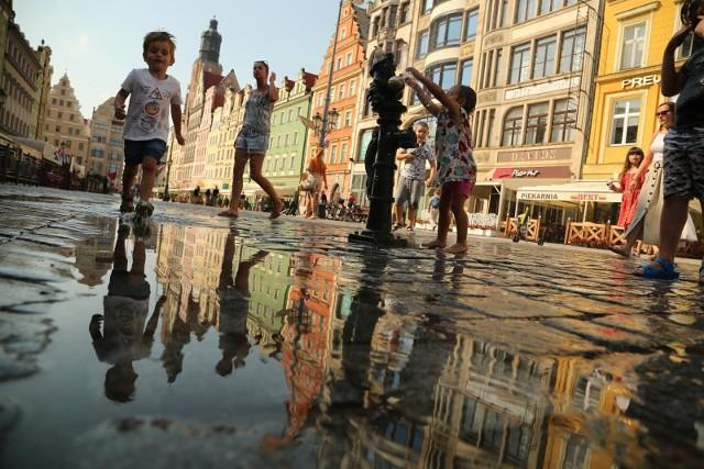 Z danych Instytutu Meteorologii i Gospodarki Wodnej widać wyraźnie, że z roku na rok borykamy się z coraz większymi upałami. Szczególnie dokuczają w dużych miastach, gdzie fale gorąca biją od betonu i asfaltu. Jak wygląda to w największych miastach w Polsce?Okazuje się, że w najgorętszych miastach w ciągu ostatnich 30 lat (od 1990 do 2020 roku), dni, w których słupki rtęci dotarły co najmniej do 30. kreski było od 300 do 425. W tej grupie znalazł się też Wrocław. Sytuacja jest coraz gorsza, bo tak, jak w latach 1951-1990 było średnio po 6 dni upalnych, to teraz jest ich 2 razy więcej.Problemem są też noce tropikalne, czyli takie, w trakcie których temperatura powietrza nie spada poniżej 20 stopni Celsjusza. Jest to o tyle nieprzyjemne, że po upale w ciągu dnia, nie odczuwamy ulgi po zachodzie słońca. Na kolejnych stronach pokazujemy najbardziej i najmniej upalne miasta w Polsce w ciągu ostatnich 30 lat. Uszeregowaliśmy je od najchłodniejszych po te z największą liczbą gorących dni i tropikalnych nocy. Zobaczcie, przechodzą na kolejne slajdy za pomocą strzałek lub gestów.