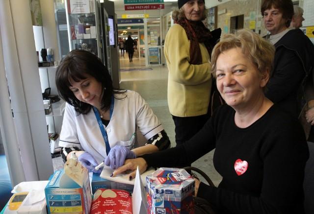 Maria Dyczkowska wrzuciła pieniądze do puszki Wielkiej Orkiestry Świątecznej Pomocy. W zamian Marzena Kośla z zakładu diagnostyki szpitala na Józefowie wykonała jej badania cholesterolu.