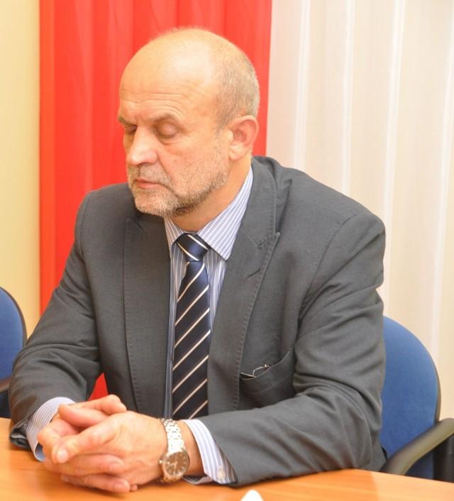 Starosta Krzysztof Lis pod flagą czerwono-białą.