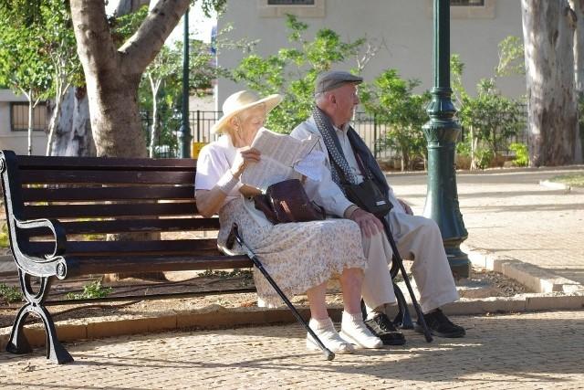 2021 roku to rok, w którym najbiedniejsi emeryci mogą liczyć na dodatkowe wsparcie z kasy państwa. W tym roku po raz pierwszy emeryci dostaną czternastą emeryturę. W przeciwieństwie do trzynastej emerytury to świadczenie jest jednorazowe i nie trafi do wszystkich emerytów. Zobaczcie, kto może liczyć na wypłatę dodatkowego świadczenie emerytalnego i co trzeba zrobić, aby je dostać. Szczegóły na kolejnych zdjęciach >>>