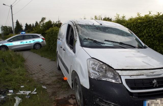 """Dzisiaj (22 maja) około godziny 18:00 w Sierakowie doszło do zdarzenia drogowego. Kierujący samochodem osobowym marki Peugeot, podczas wykonywania manewru wyprzedzania najechał na pobocze i dachował.Zobacz także: Wypadek na obwodnicy Słupska. W tragicznym wypadku na krajowej """"6"""" zginęły dwie osoby."""