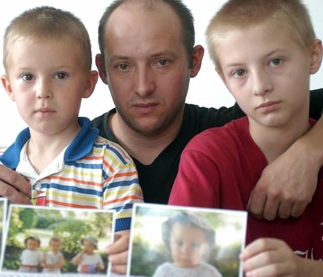 Chcę, żeby ten człowiek odpowiedział za śmierć moich dzieci - mówi Wiesław Jantosz. Na zdjęciu ze starszymi synami: Szymkiem i Sylwkiem.