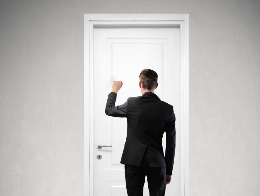 Konkurencja między firmami i RODO utrudniają rekruterom skuteczne poszukiwanie kandydatów do pracy. Tym bardziej, gdy potencjalny pracownik pojawi się na rozmowie kwalifikacyjnej, warto go zachęcić do podjęcia oferty. Niestety rekruterzy zapominają często, że są wizytówką firmy i muszą działać według najwyższych standardów. Oto największe błędy, które sprawiły, że rekrutacja okazała się nieskuteczna.