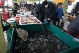 Ceny karpia 2020 na łódzkich targowiskach i w marketach. Na 4 dni przed wigilią są różnice w cenach, nawet spore