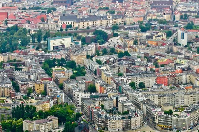 Gdzie we Wrocławiu ludzie nie chcą mieszkać? Spytaliśmy kilkunastu agentów nieruchomości, w których miejscach w mieście najtrudniej sprzedać mieszkanie, bo ludzie wolą te osiedla omijać szerokim łukiem. Dlaczego? Bo liczy się nie tylko cena, ale też na przykład to, czy z danego miejsca da się gdziekolwiek w sensownym czasie dojechać, czy jest tam bezpiecznie, czy dzieci mają szansę na miejsce w przedszkolu, czy kierowcy mają gdzie zaparkować, a piesi pospacerować...Zobacz na kolejnych slajdach osiedla, na których mało kto chce mieszkać. Posługuj się klawiszami strzałek, myszką lub gestami.