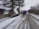 Wypadek w Zaszkowie, pow. ostrowski, 13.12.2020. Ciężarówka w rowie