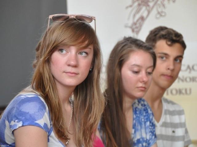 W Polsce jesteśmy po raz pierwszy, ale jesteśmy zafascynowani - mówiła Jenna, licealistka z Des Moines (na pierwszym planie). Właśnie przyjechała do Białegostoku, razem z kolegami, w ramach Polsko-Amerykańskiego Parlamentarnego Programu Wymiany Młodych Liderów. Jego głównym celem jest ukazanie młodzieży ze Stanów Zjednoczonych i Polski korzyści płynących z przyjacielskich relacji między tymi krajami.