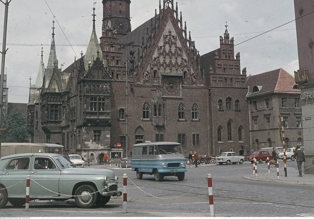 Jak wyglądał Wrocław 50 lat temu? Zapraszamy Was na podróż w czasie, do miasta z końcówki lat 60. ubiegłego wieku. Zobaczcie jaki wtedy był Wrocław i co się od tego czasu zmieniło. Niektóre miejsca rozpoznacie bez trudu, innych już nie ma. Zobaczcie wyjątkowe zdjęcia na kolejnych stronach.