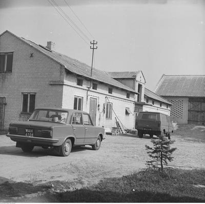 """Zabieramy Was w podróż w czasie - zaglądamy na polską wieś lat 80.Na zdjęciu budynki gospodarcze w indywidualnym gospodarstwie we wsi Piaski. Widoczne samochody: Fiat 125 p i Tarpan 233 (w oddali).Na kolejnych stronach, kolejne migawki. ZapraszamyPonad 180 tysięcy fotografii z Narodowego Archiwum Cyfrowego www.nac.gov.plMinister rolnictwa - """"Proszę, błagam, apeluję o szacowanie strat"""":"""