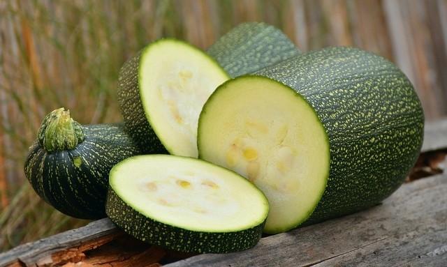 Cukinia to niskokaloryczne warzywo polecane osobom odchudzającym się.