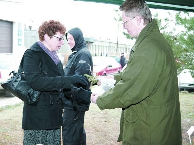 Pani Ania otrzymała drzewko za 18 kilogramów makulatury
